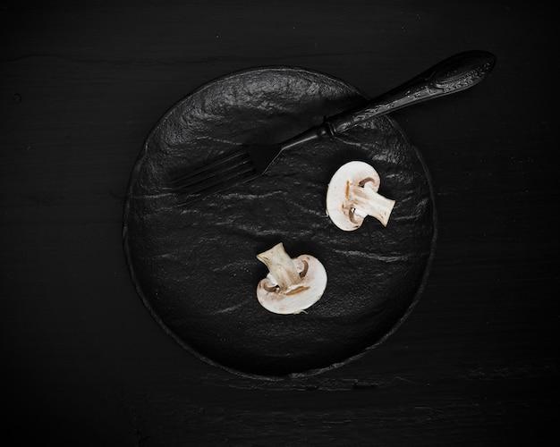 Champignons savoureux sur la vue de dessus de la plaque