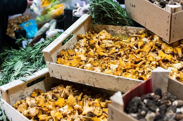Champignons séchés au marché