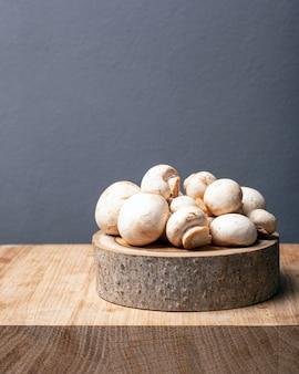 Champignons de serre champignon frais sur un support rustique sur fond gris avec copie espace.