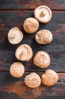 Champignons shiitake sur la vieille table en bois, vue du dessus.