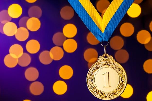 Champion d'or ou médaillon gagnant sur un ruban