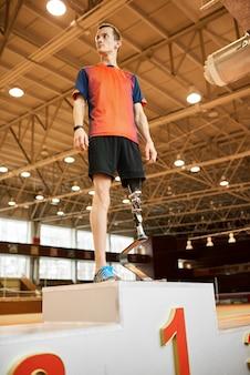 Champion paralympique sur le podium