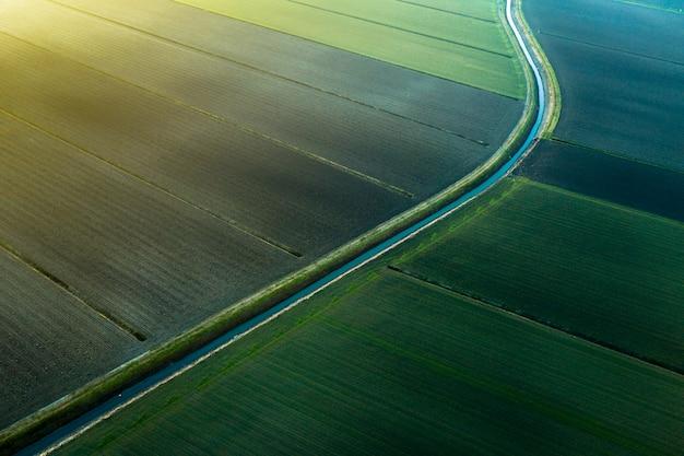 Champs vus par un drone au coucher du soleil
