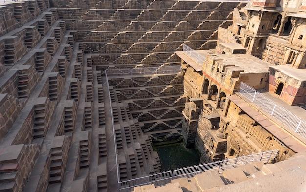 Chand baori - accélérez le puits, la construction de l'architecture ancienne. près de l'église de la ville d'abhaneri, jaipur, rajasthan et c'est l'un des puits à gradins les plus profonds de l'inde.