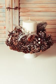 Chandelier de noël sur la table, décoration avec des cônes