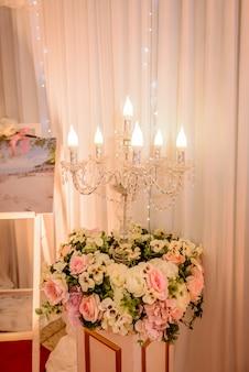 Chandelier avec rideau blanc