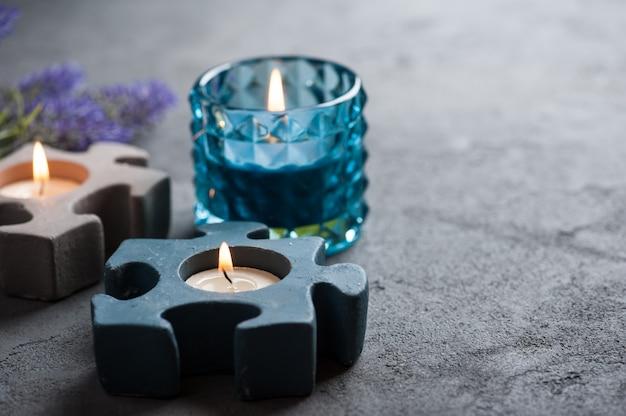 Chandeliers à la combustion de bougies sur fond de pierre