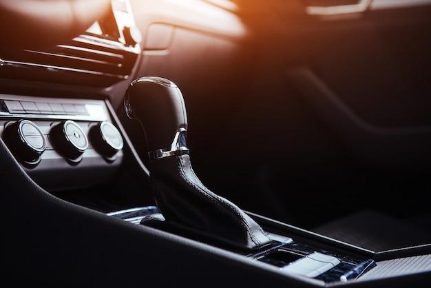 Changement manuel du levier de vitesses de voiture moderne
