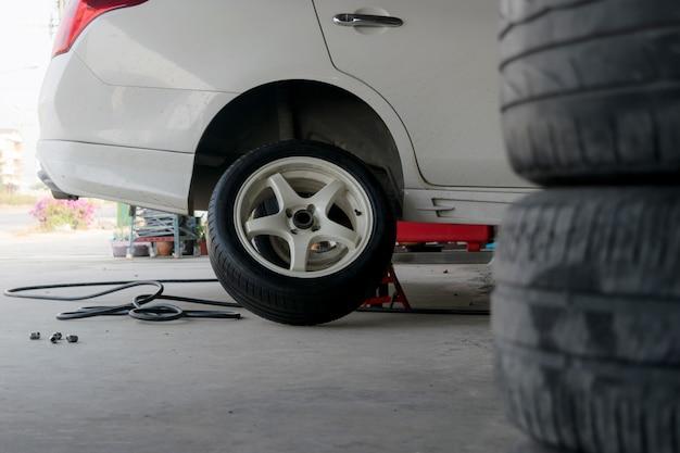 Changement de pneu de voiture pneus hors d'usage.