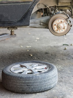 Changement de roue sur une voiture