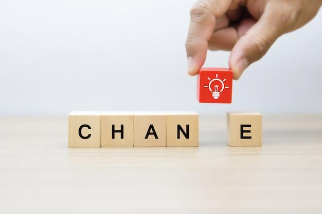 Changer les icônes graphiques pour les entreprises sur des blocs de bois.