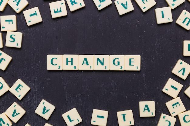 Changer les lettres de scrabble disposées sur un fond noir