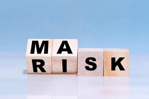 Changer le mot du risque au masque sur des cubes en bois