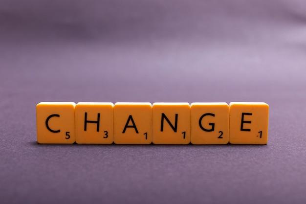 Changer le mot écrit en cube en plastique