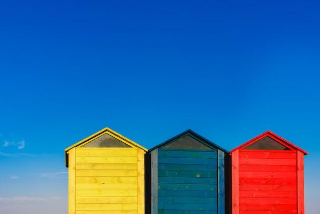 Changeurs de cabines pour les baigneurs sur une plage de la méditerranée en été