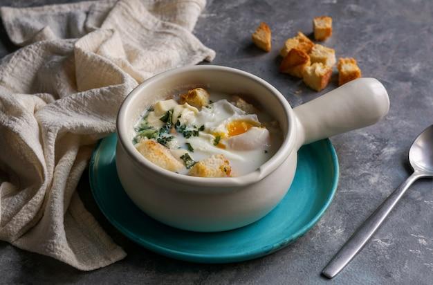 Changua - soupe colombienne aux œufs et au lait, soupe typique du petit-déjeuner à bogota