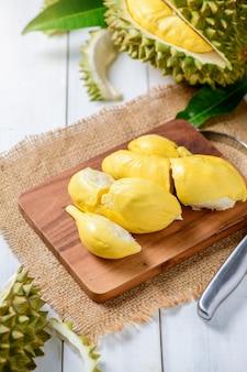 Chani kai durian ou durio zibthinus murray sur plaque de bois, chani kai durian ont une texture douce, une odeur douce et très forte, roi des fruits en thaïlande