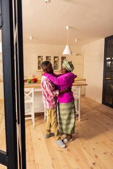 Chanson favourtite. couple afro-américain positif s'amusant en dansant sur de la musique