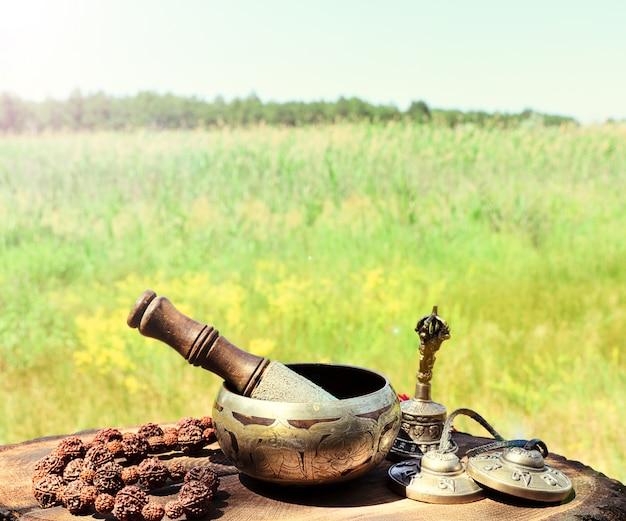 Chant d'un bol de cuivre et d'objets religieux