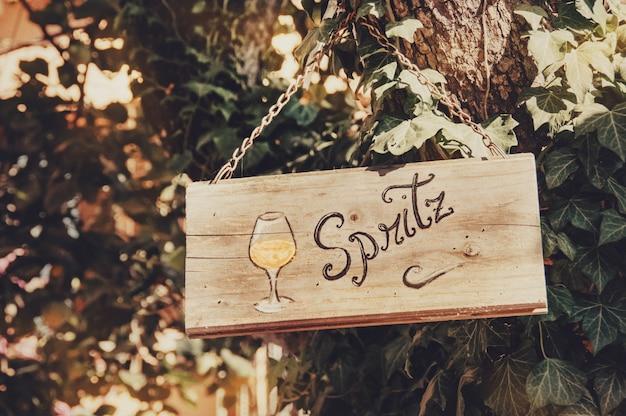Chanter de bar à cocktails ouvert sur la planche de bois