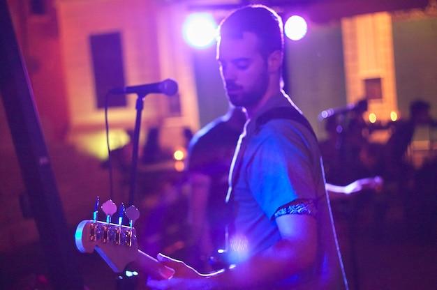 Chanteur de blues au concert en direct dans la nuit
