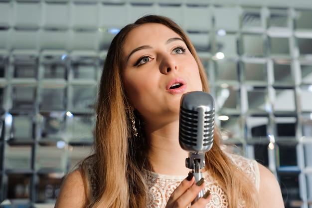 Chanteur devant un micro dans le club.