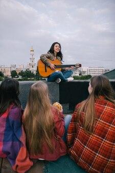 Chanteur et fans heureux en live. concert acoustique, carrière musicale, grands rêves, personnes libres, chanson musicale, concept de jeunesse au repos