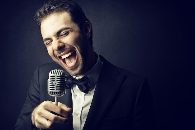 Chanteur heureux chantant