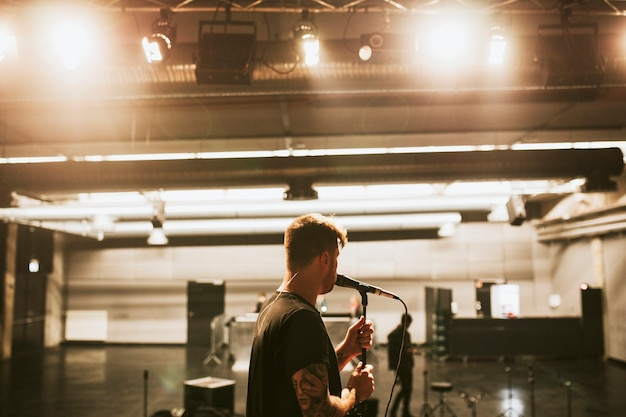 Chanteur répétant avant pour un concert