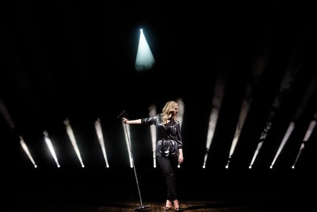 Chanteur sur scène dans le club. éclairage de scène lumineux.