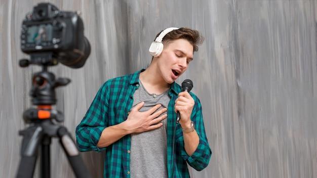 Chanteur vlogger