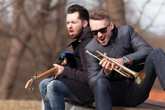 Chanteurs musiciens sur banc