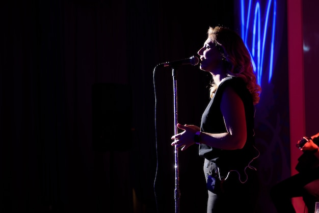 Chanteuse, exécutant son son vocal. avec lens flare et projecteur.