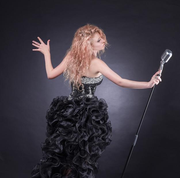 Chanteuse avec microphone effectuant une composition de jazz.