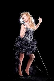 Chanteuse Avec Microphone Effectuant Une Composition De Jazz Photo Premium