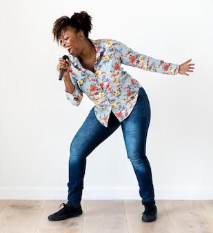 Chanteuse noire passionnée chantant un karaoké
