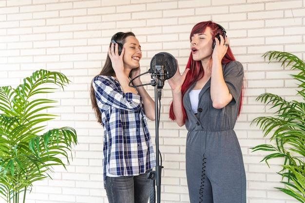 Chanteuses enregistrant une chanson en studio