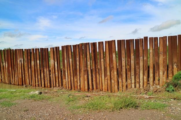 Le chantier de construction avec la clôture en métal.