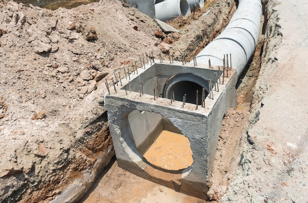Chantier de construction.drainage des tuyaux en béton pour les eaux usées et les eaux de la ville