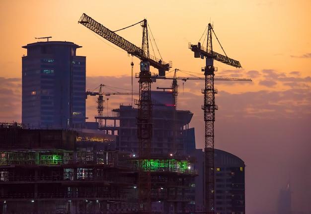 Chantier de construction à dubaï au coucher du soleil