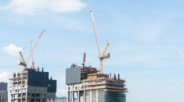Chantier de construction avec des grues sur le fond du ciel de jour