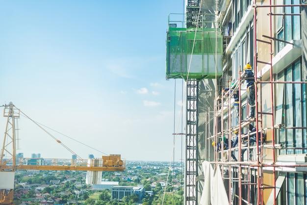 Chantier de construction. grues de levage et nouveaux bâtiments à plusieurs étages.