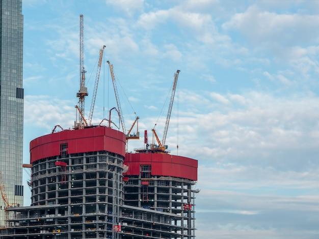 Chantier de construction et immeuble de grande hauteur. moscou.