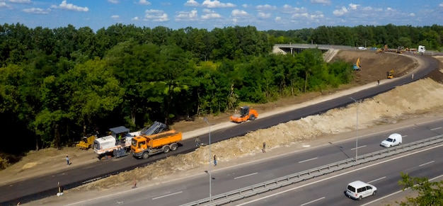 Chantier de construction avec machinerie lourde. construction d'une nouvelle route. vue aérienne.