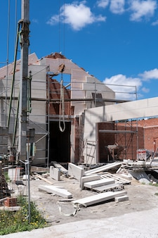 Chantier de construction d'une maison neuve avec façade en pierre