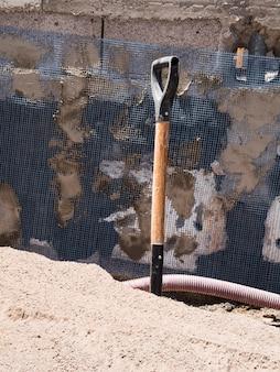 Chantier de construction avec manche de pelle