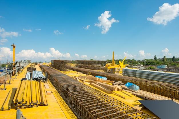 Chantier de construction de pont routier pendant l'assemblage du coffrage et du renforcement
