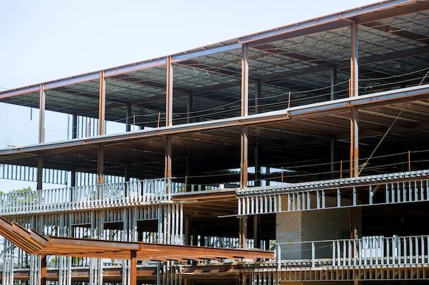 Chantier de construction avec des poteaux en acier utilisés pour encadrer les bâtiments commerciaux.