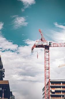 Le chantier de construction se passe dans la rue du centre-ville.