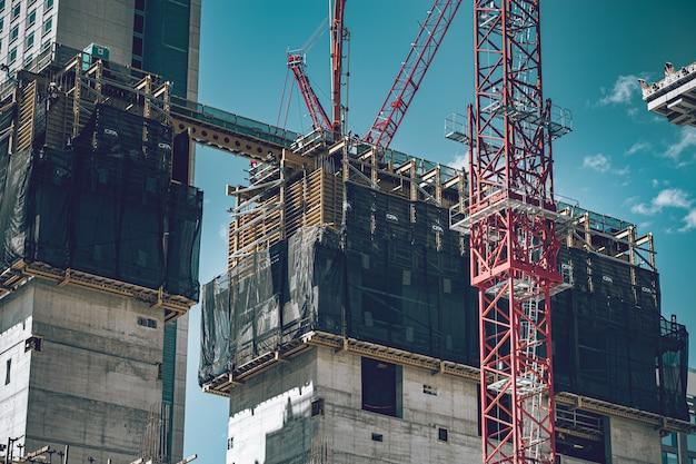 Le chantier de construction se passe dans la rue du centre-ville